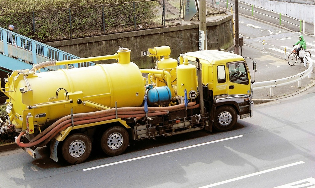 1024px-Tank_truck_in_Tokyo-662731-edited