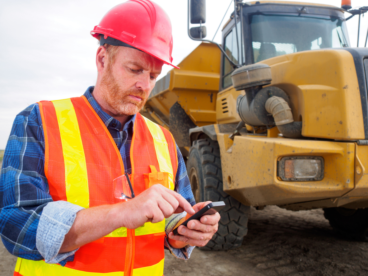 construction-worker-using-cell-phone